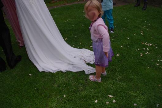 Brudens dotter samlar linfrön på mammas släp