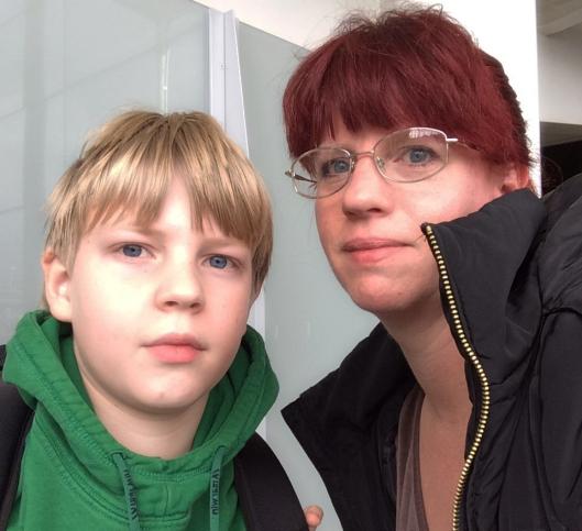 Jonas skulle så klart boffa lite nikotin och då passade jag och Ludvig på att selfie:a oss... Heathrow, på väg mot Heathrow Express...