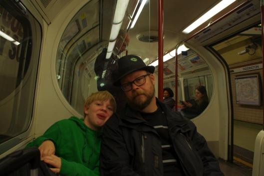 Vi sitter på underground på väg mot byte till overground, vilkjet var ett misstag.  Ska man till Watford Junction så är Midland från London Euston ett hett tips! Det tog 2,5 timme från Heatrow till Watford Junction.  När vi åkte från London tog det 20 min från Watford Junction till London Euston och sedan 20 min med Heathrow Express till Flygplatsen...